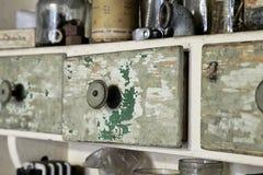 Rocznika stary drewniany kreślarz w spiżarni w warsztacie Zdjęcia Stock