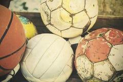 Rocznika stary film stylizujący używał piłki w koszu obraz stock