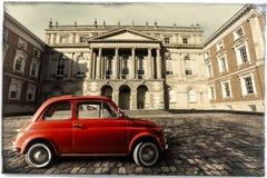 Rocznika stary klasyczny włoski czerwony samochód Osgoode Hall, historyczny budynek Toronto, Kanada obrazy stock