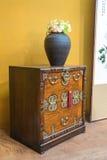 rocznika (stary) meble w luksusowym żywym pokoju (złoto ściana, marb Obraz Royalty Free