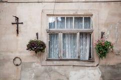 Rocznika stary okno z kwiatami obrazy royalty free