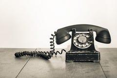 Rocznika stary telefon na drewnianym stole Obraz Royalty Free