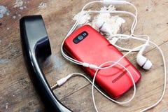 Rocznika stary telefoniczny handset z telefonem komórkowym obrazy stock
