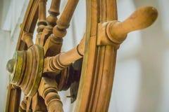Rocznika statku stara drewniana kierownica w jawnym morskim museu Obrazy Stock