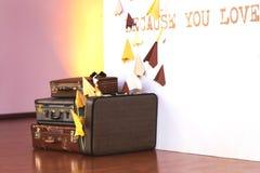 Rocznika stos Antyczne walizki Projekt i podróży pojęcie zdjęcia stock