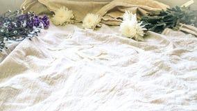 Rocznika styl dekoruje z wi?zk? dzikich kwiat?w tkaniny bieli?niany t?o zdjęcia royalty free