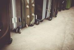 Rocznika styl podróż bagaż na cementowej podłoga lub torby Zdjęcia Stock