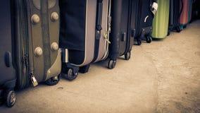 Rocznika styl podróż bagaż na cementowej podłoga lub torby Obraz Royalty Free