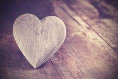 Rocznika stylowy serce na nieociosanym drewnianym tle, kopii przestrzeń Obrazy Stock