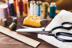 Rocznika szwalny stół z nożycami, nici, dostosowywający szczegóły, b obrazy stock