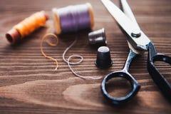 Rocznika szwalny stół z nożycami, nici, dostosowywający szczegóły, b zdjęcie royalty free