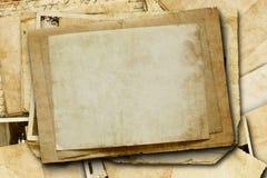 Rocznika tło z starym papierem i listami na drewnie Zdjęcie Royalty Free