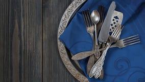 Rocznika tableware na pustego zmroku popielatym drewnianym tle zdjęcie stock