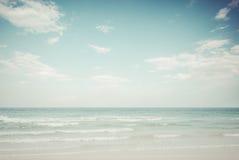 Rocznika tropikalny plażowy seascape w lecie wyspa krajobrazu długi ny morzem Obrazy Stock