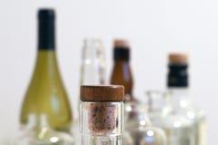 Rocznika trunku jasne szklane butelki z korkiem w ostrości z równiną Obrazy Stock