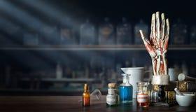 Rocznika układ mężczyzny ręka, stare medyczne szklane butelki, antykwarscy medyczni narzędzia na tle medyczny biuro stary obrazy royalty free