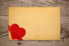 Rocznika valentine karta z czerwonym sercem obraz stock