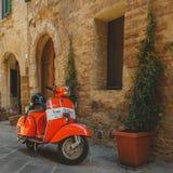 Rocznika Vespa Piaggio parkujący w ulicie Toskański miasteczko Włochy, 2017 obraz royalty free