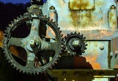 Rocznika wazeliniarski i ośniedziały cogwheel przy nocą zdjęcie stock
