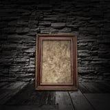 Rocznika wewnętrzny pokój z drewnianymi podłoga, kamiennymi ścianami i starym fr, Zdjęcie Stock