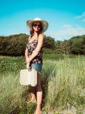 Rocznika widok kobieta z retro walizką i kapeluszem fotografia royalty free
