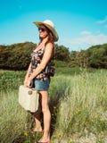 Rocznika widok kobieta z retro walizką i kapeluszem zdjęcie royalty free