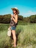 Rocznika widok kobieta z retro walizką i kapeluszem obraz stock