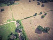 Rocznika widoku Teksas ziemi uprawnej prerii pola beli siano na słonecznym dniu Zdjęcie Stock