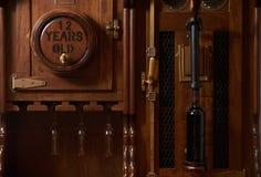 Rocznika wina baryłki stary gabinet z butelką czerwone wino, zakończenie obrazy royalty free