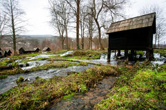 Rocznika wodnego młynu drewniani stojaki na szybkiej bieżącej rzece w antycznej wiosce blisko miasta Jajce w Bośnia i Herzegovina Zdjęcie Royalty Free