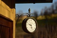Rocznika zegar wspinający się na drewnianej kabinie Obrazy Royalty Free