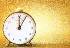 Rocznika zegar z błyskotliwym złotym tłem Obrazy Royalty Free