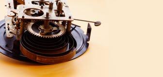Rocznika zegarowy mechanizm, brązowy cog toczy makro- widok Płytka głębia pole, selekcyjna ostrość kosmos kopii Zdjęcia Royalty Free