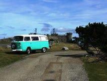 Rocznika zielony i biały wolkswagena combi samochód dostawczy fotografia stock