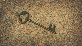 Rocznika Zredukowany klucz Na piasku zdjęcia royalty free