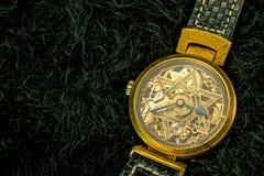 Rocznika zredukowany zegarek z gwiazdą dawidowa na czarnym futerkowym backgroun Obrazy Royalty Free