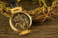 Rocznika zredukowany zegarek z gwiazdą dawidowa na drewnianym tle Zdjęcie Royalty Free
