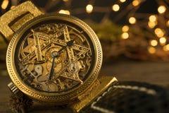 Rocznika zredukowany zegarek z gwiazdą dawidowa na drewnianym tle Zdjęcia Royalty Free
