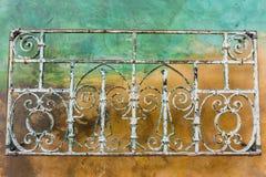 Roczniki fałszujący żelazo ornamenty; kolorowy ścienny tło, Kalifornia fotografia royalty free