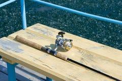 Rod a centrarse en el embarcadero de madera Pesca de la primavera fotografía de archivo libre de regalías