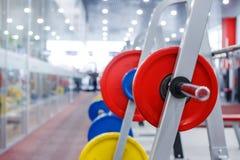 Rod con los pesos en el gimnasio Imagenes de archivo
