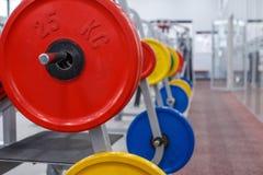 Rod con los pesos en el gimnasio Imagen de archivo libre de regalías