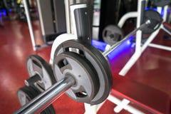 Rod et poids dans le gymnase photos stock