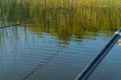 Rod i pławik TARGET772_1_ na jeziorze fotografia stock