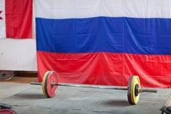 Rod sur la plate-forme Powerlifting Plan rapproch? photographie stock libre de droits