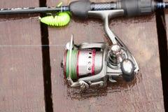 Rod With Water Drops From pesquero moderno en el embarcadero de madera Imágenes de archivo libres de regalías
