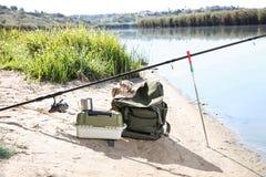 Rod y esencial de la pesca en la orilla imagen de archivo