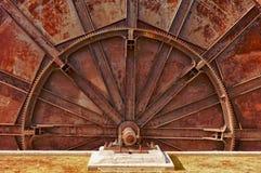 Roda velha da maquinaria industrial foto de stock royalty free