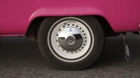 Roda branca da camionete do roze na estrada vídeos de arquivo