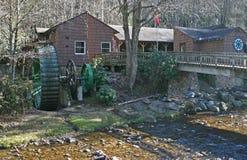 Roda d'água & córrego verdes Fotos de Stock Royalty Free
